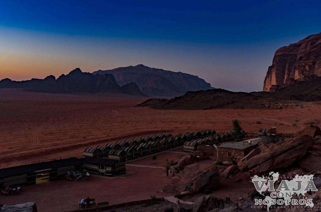 Fotos del desierto de Wadi Rum al anochecer