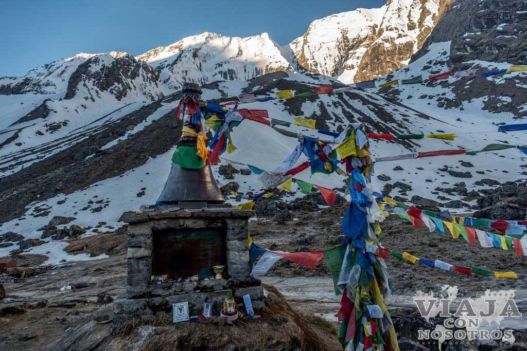Monumento en honor a los fallecidos en el Annapurna